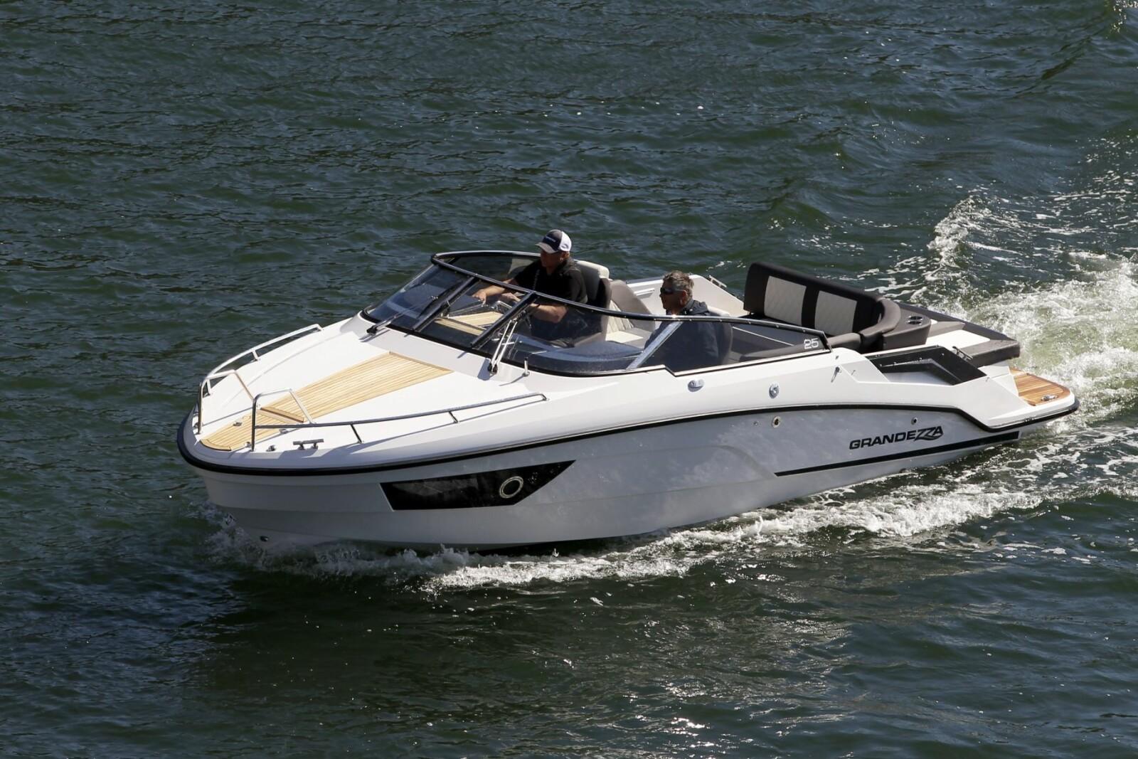 <b>TRIVELIG:</b> Med plass til opptil ni personer er dette en flott båt for lange dagsturer.