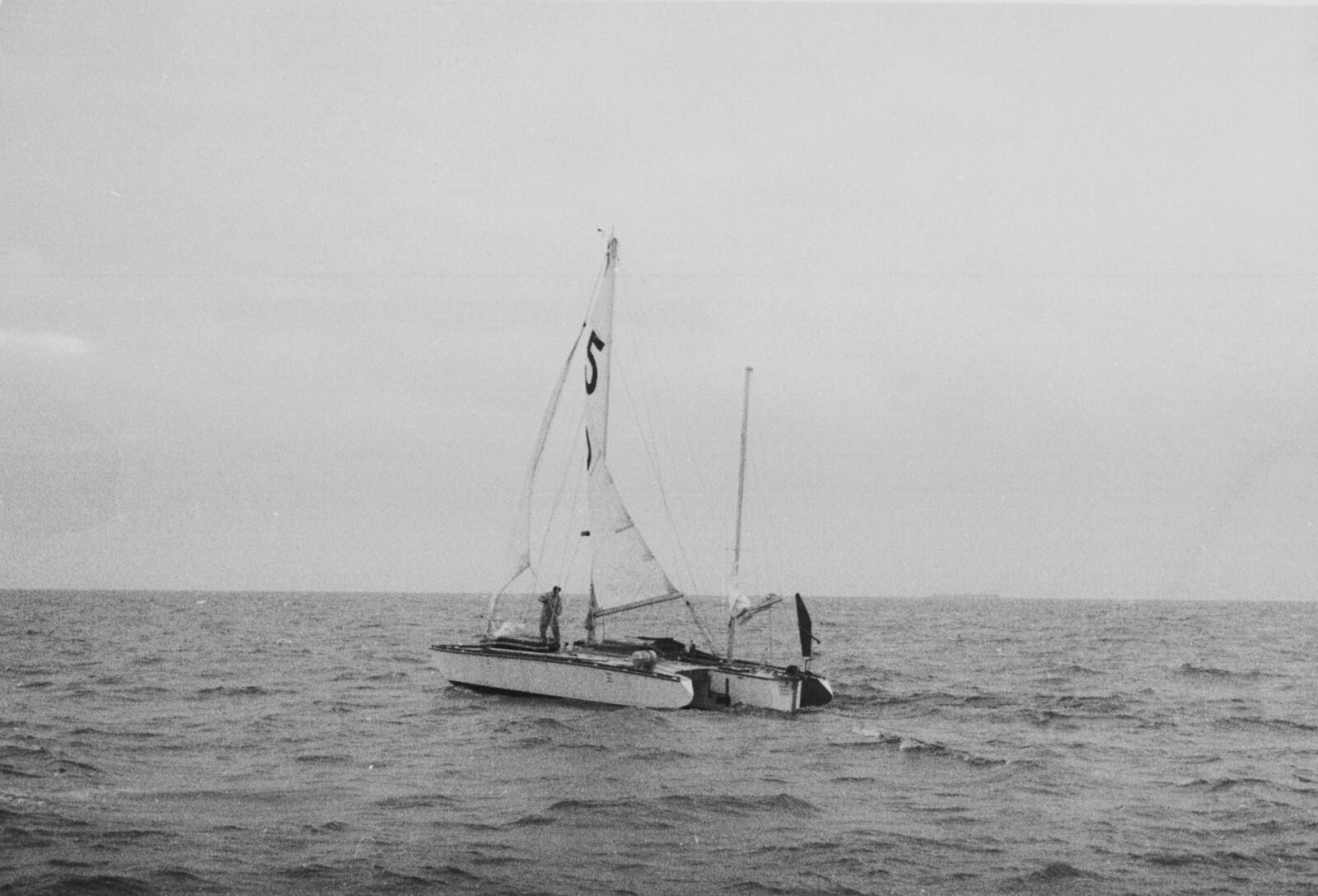 """<b><span class=""""BOLD"""">MANNEN OG HAVET: </span></b>Det var stor oppmerksomhet rundt seilerne som la ut for å bli første solo-omseiler rundt jorda. De fleste ga opp. Avreisen til Donald Crowhurst ble starten på et ti måneder langt mareritt."""