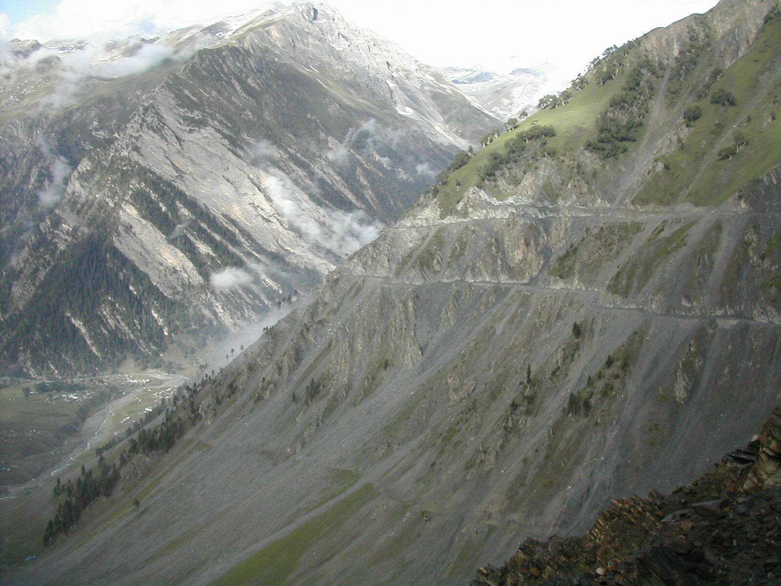 <b><SPAN CLASS=BOLD><STRONG>FARLIG:</b></strong> </span>Zoij La er et fjellpass mange har slitt med å komme over. Veien er bratt, smal og tar deg høyt til fjells. For ikke å snakke om farene for jord- og snøras.