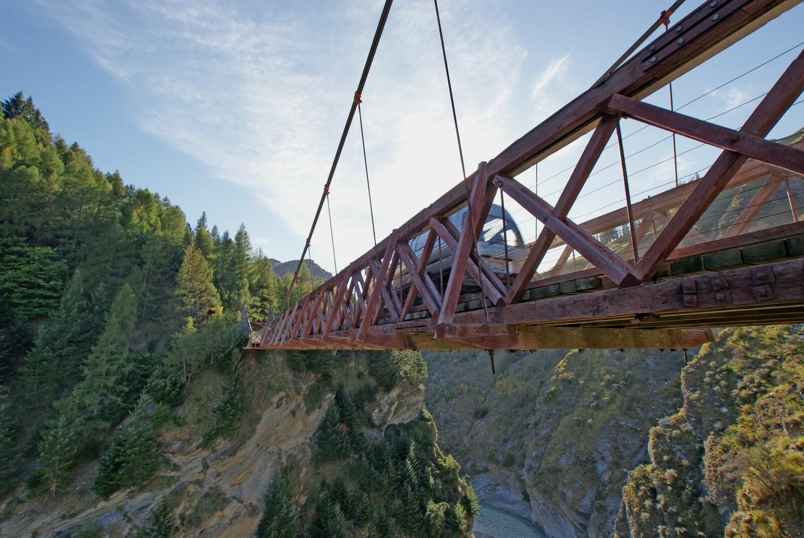 <b><SPAN CLASS=BOLD><STRONG>GULLGRAVERVEIEN:</b></strong></span> Skippers Canyon Road på New Zealand ble opprinnelig laget for å frakte utstyr og gullgravere inn til Skippers Canyon.