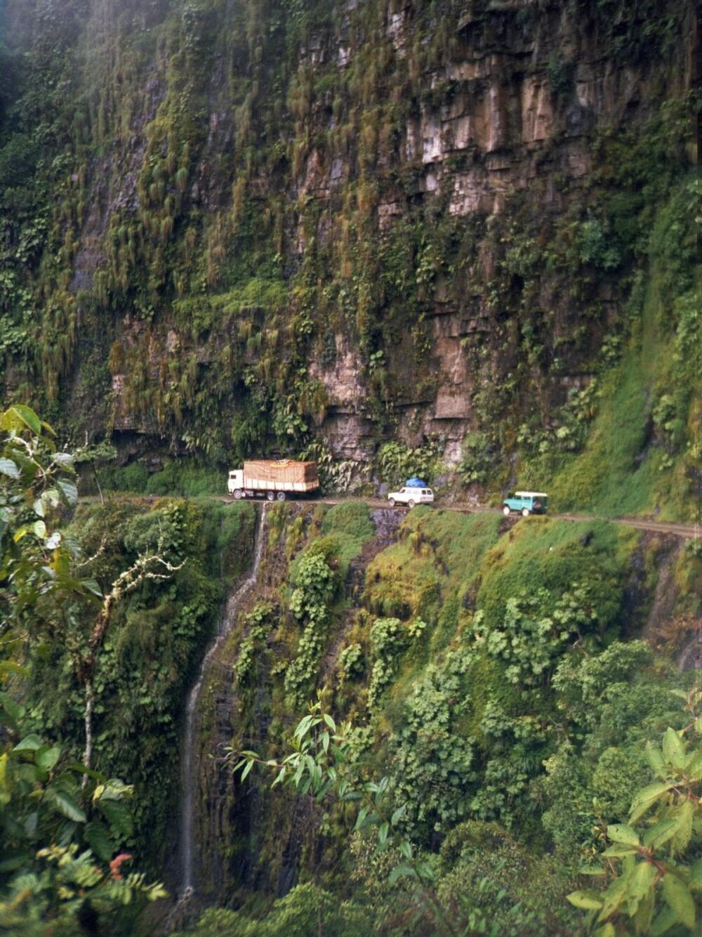 <b><SPAN CLASS=BOLD><STRONG>DØDSVEIEN:</b></strong> </span>Yungasveien eller North Yungas Road i Bolivia har årlig krevd mange hundrede menneskeliv. Nå finnes det en alternativ vei, men mange turister tar likevel den ekstremt farlig veien.