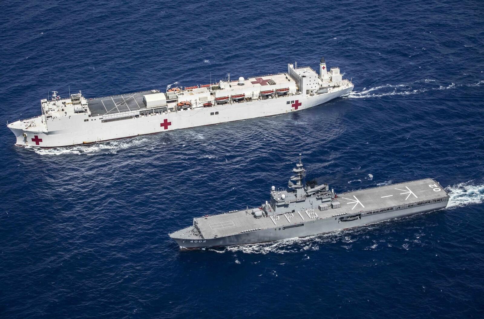 <b>ØVELSE: </b>Det japanske krigsskipet JS Shimokita går ved siden av hospitalskipet USNS Mercy (underveis til et oppdrag under Pacific Partnership 2016, i Da Nang, Vietnam.