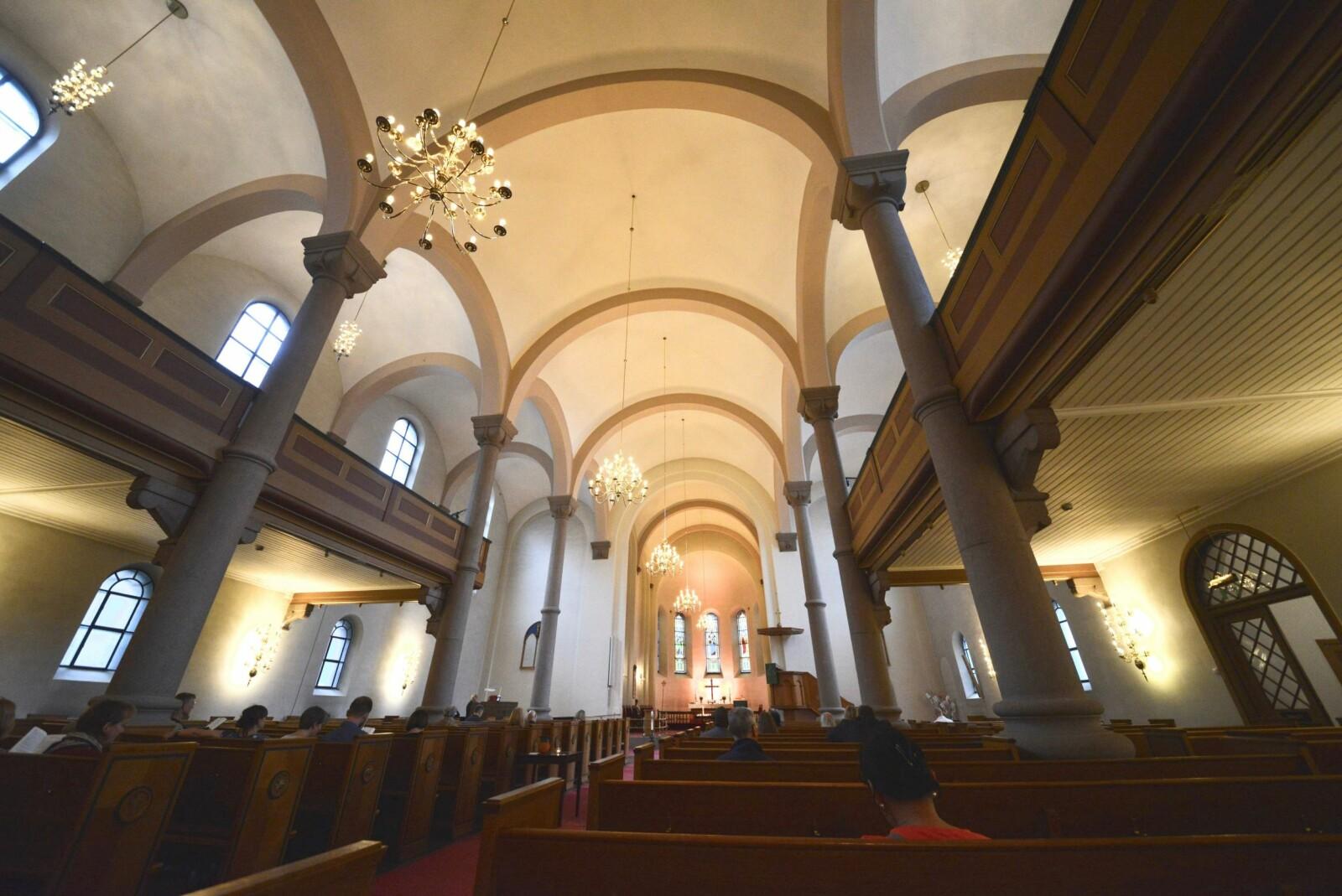 <b><SPAN CLASS=BOLD>GLISSENT:</b></span> Grønland kirke har 880 sitteplasser. 35 personer var til stede under gudstjeneste med nattverd 11. august 2019.