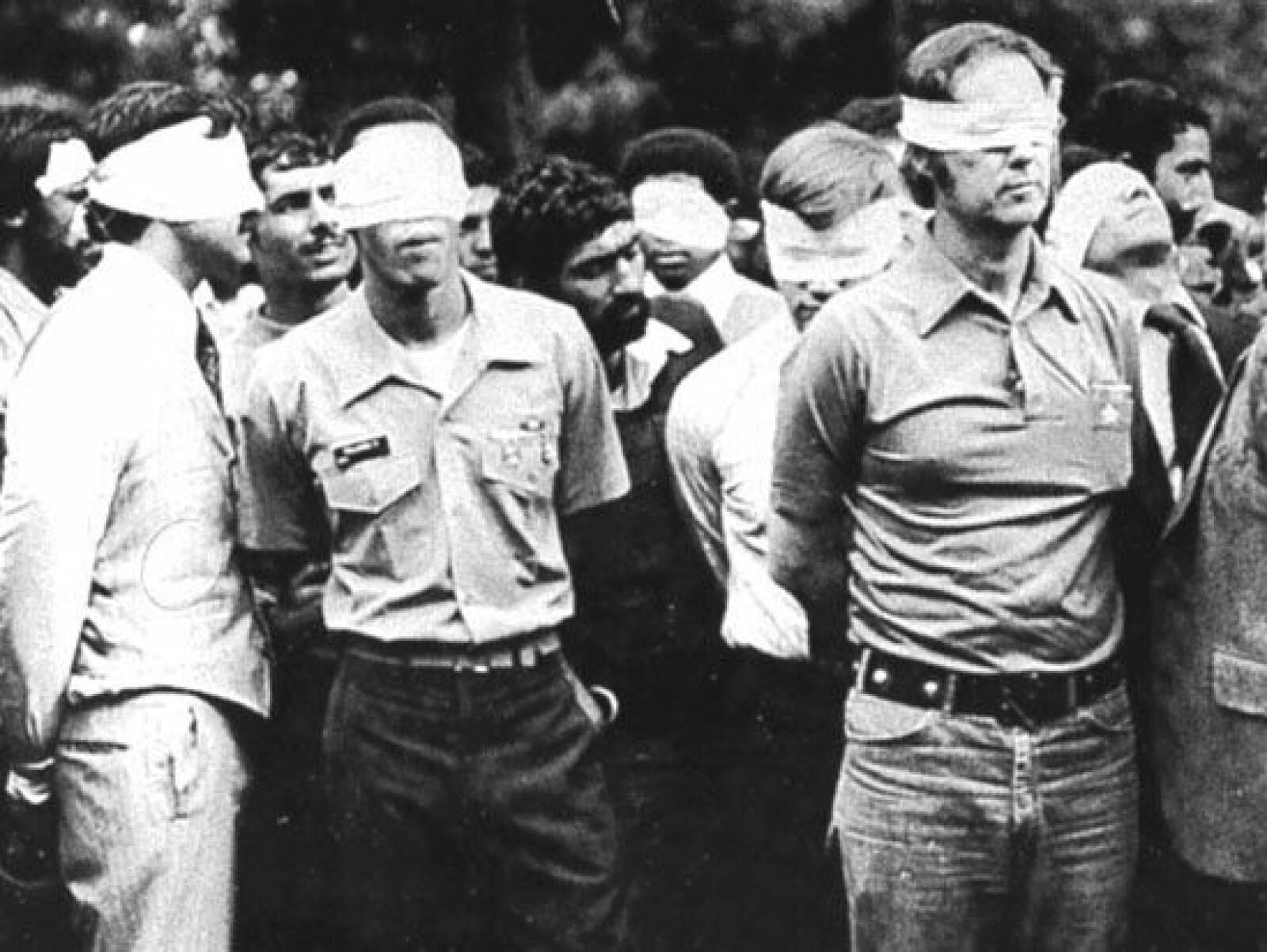 <b><SPAN CLASS=BOLD>GISSELKRISE:</b></span> Okkupantene kunne triumferende posere med de amerikanske gislene utenfor ambassaden i november 1979.