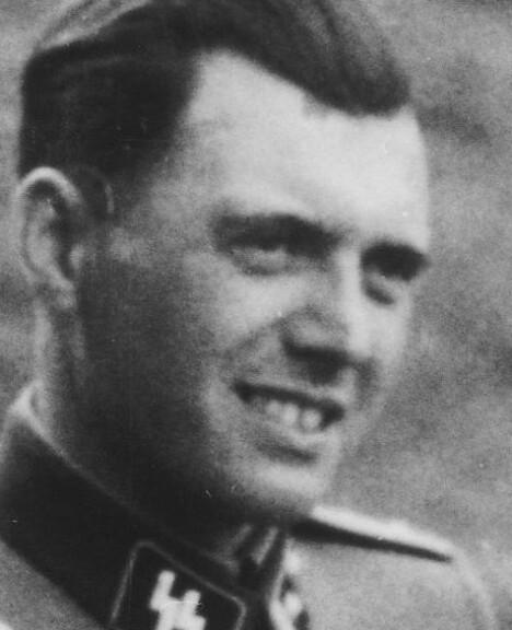 <b>JOSEF MENGELE:</b> SS-legen som utførte grusomme forsøk. Her fotografert uten for Auschwitz i 1944.