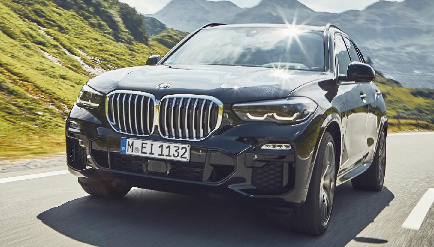 <b>TREDOBLER EL-REKKEVIDDEN:</b> BMW X5 xDrive 45e koster fra 858 800 kroner.