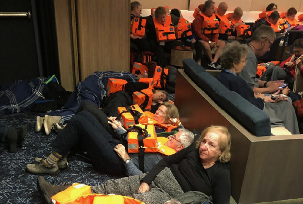 <b><SPAN CLASS=BOLD>VENTER PÅ REDNINGEN:</b></span> Én etter én ble passasjerene heist opp i redningshelikoptrene mens resten ventet inne i skipet som drev i storm på Hustadvika.