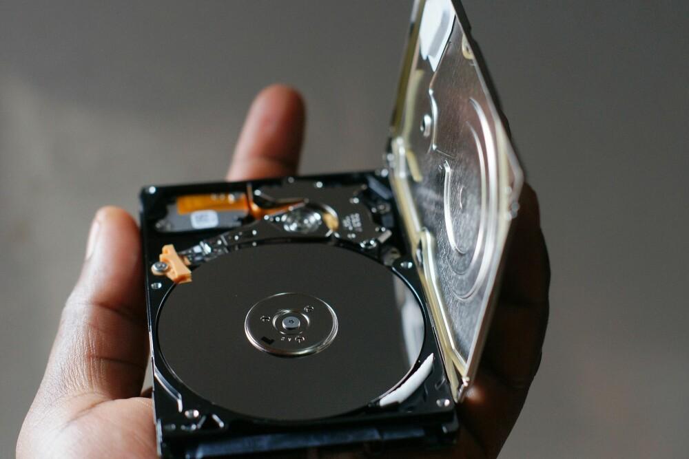 <b>SNURREHARDDISK:</b> Tradisjonelle harddisker har plater som snurrer og en arm som leser av platene. En moderne SSD har ingen bevegelige deler og er mye raskere enn en tradisjonell harddisk.