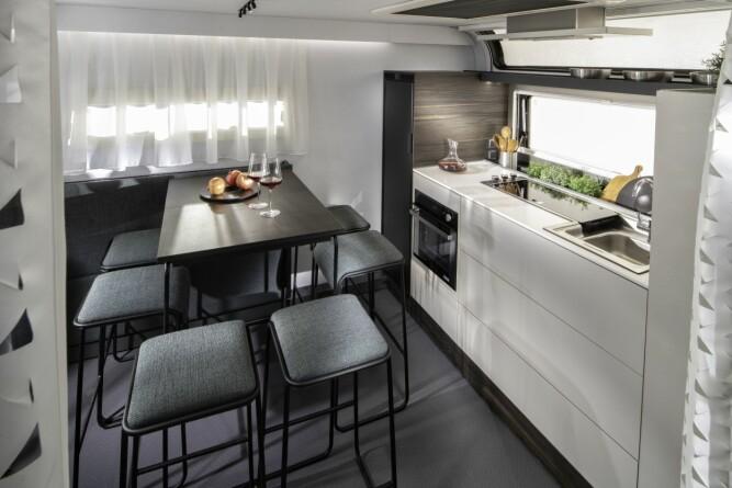 <b>SITTEPLASSER TIL EN FAMILIE:</b> Kjøkkenet i 904-modellen ser ut som et kjøkken i en liten leilighet.