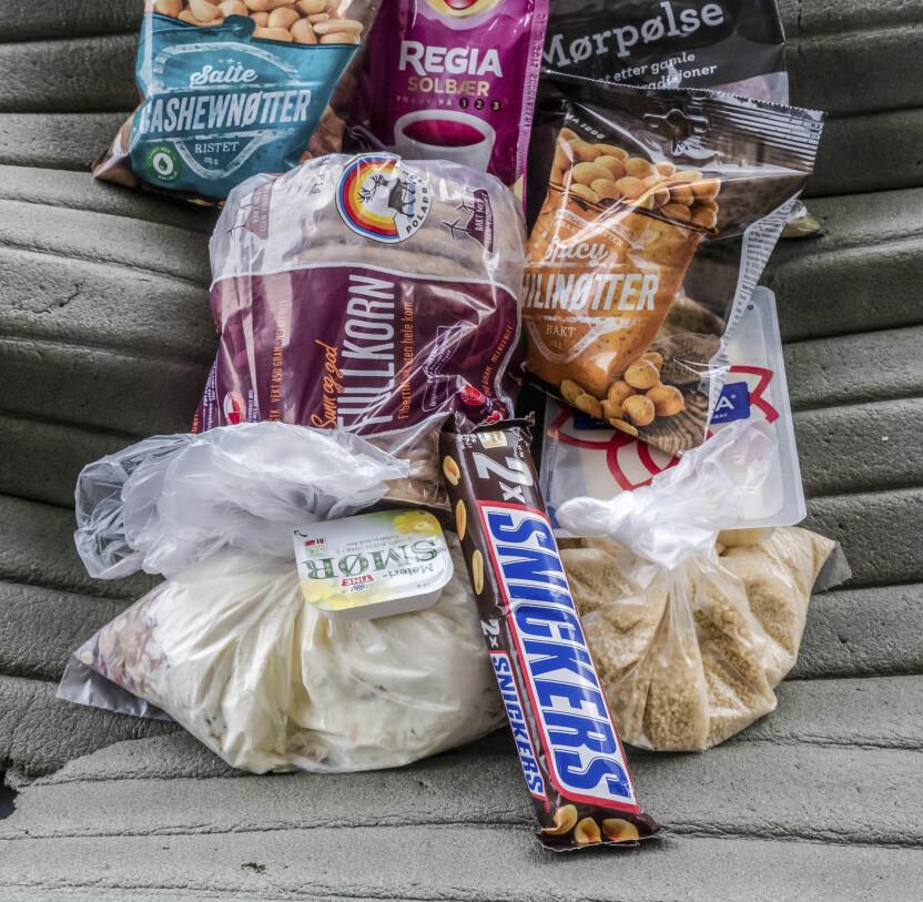 <b>ENERGIRIK MAT:</b> Nøtter og Snickers bidrar til ekstra energi og litt hygge i teltet.