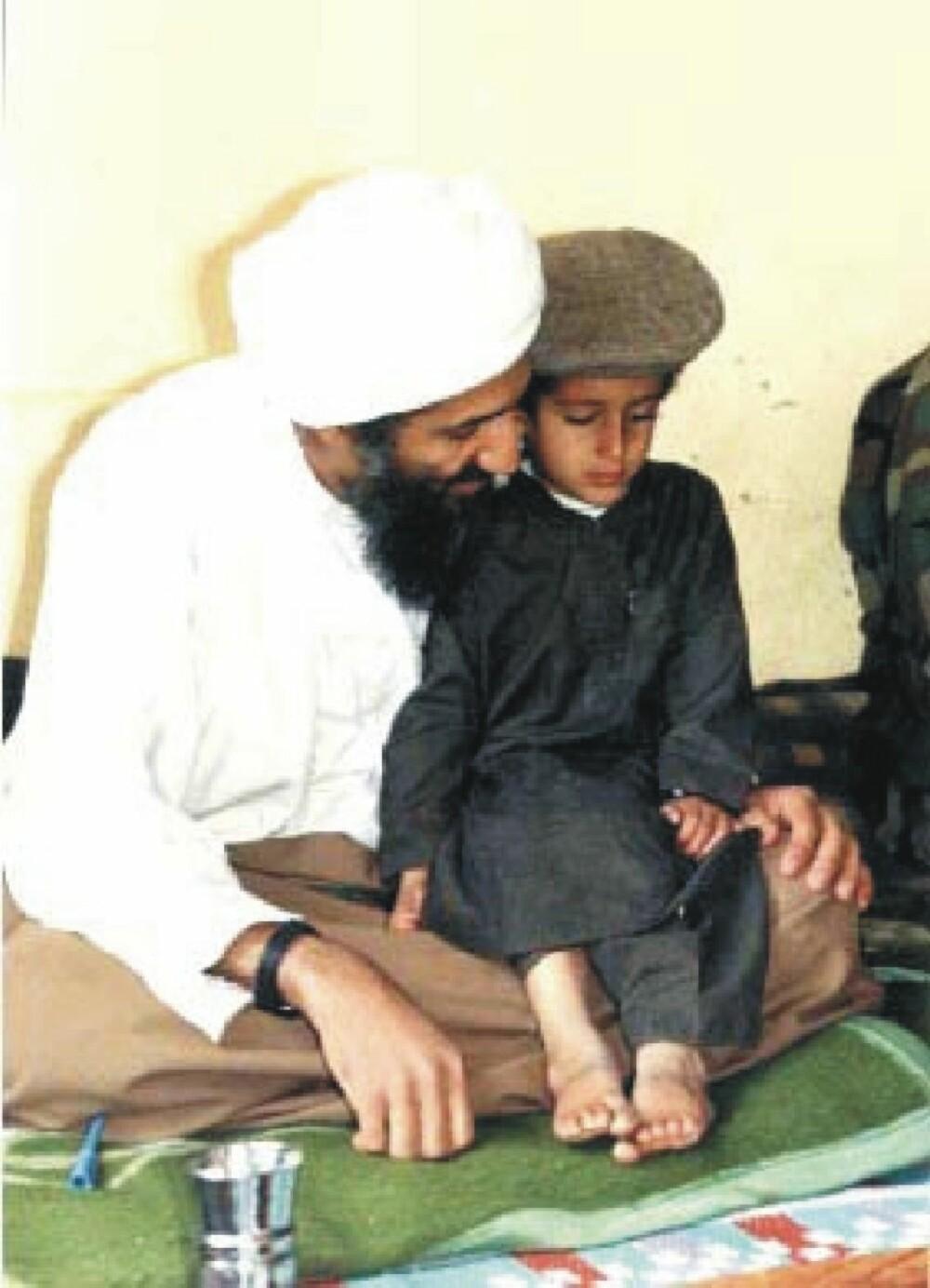 <b>FAVORITT:</b> Etter at den eldre sønnen Saad ble drept i et amerikansk droneangrep i 2009, ønsket Osama bin Laden at favorittsønnen, Hamza, skulle arve tronen som leder av Al Qaida. Dette bildet skal være tatt rundt 1997. Hamza antas å være født i 1989.