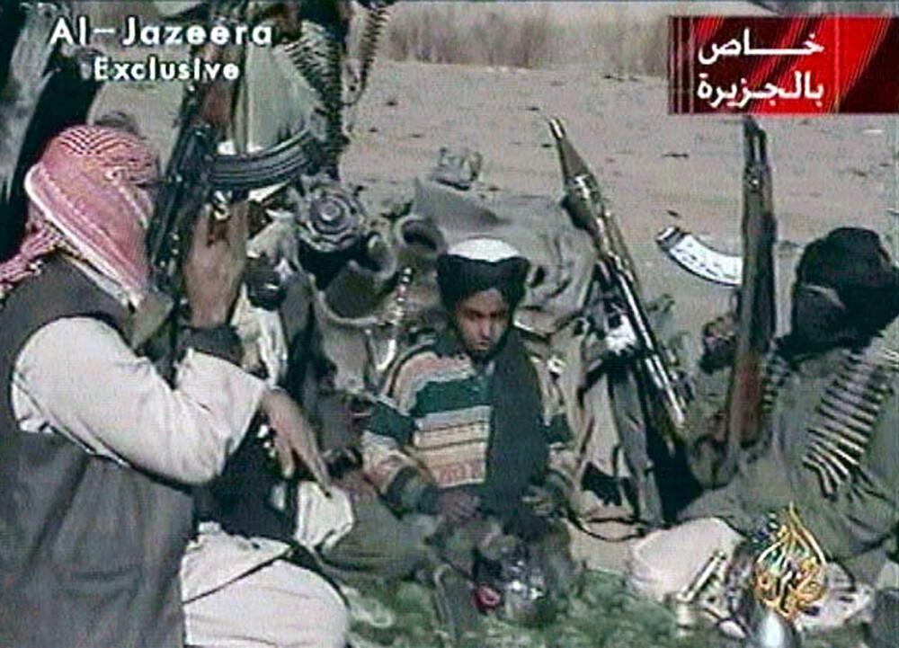 <b>TERRORISTOPPDRETT:</b> Dette sjeldne bilde av Hamza er tatt fra en video, angivelig fra november 2001, to måneder etter angrepene i USA. Etter hvert dukket Osamas tronarving opp på flere videoer, omgitt av soldater og våpen.