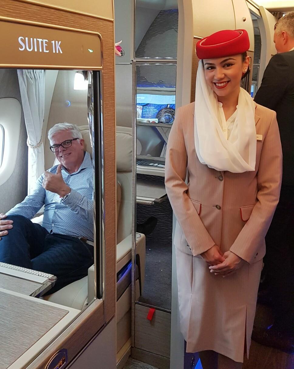 <b>FORNØYD:</b> SIDE3s reporter er generelt lite glad i å sitte lenge på fly, men dette ga mersmak, konstaterer han etter å ha prøvesittet en av 1. klasse suitene.