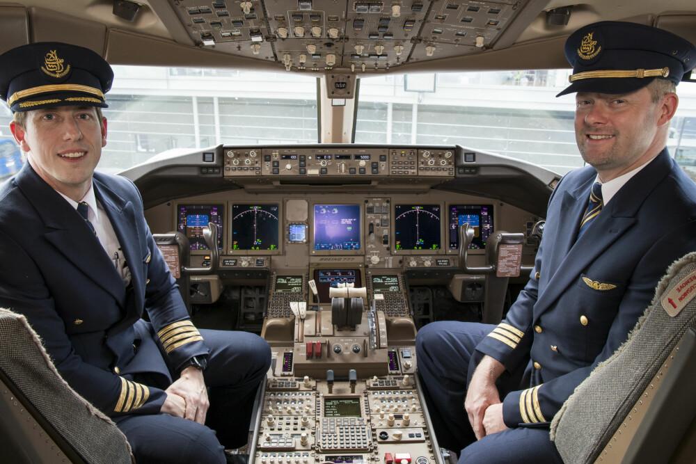 <b>NORSKE PILOTER:</b> Kaptein Frank Christian Bårdsen(t.v.) og førstestyrmann Christian Theisen kom på norgesvisitt i anledning jubileet.Foto: Emirates